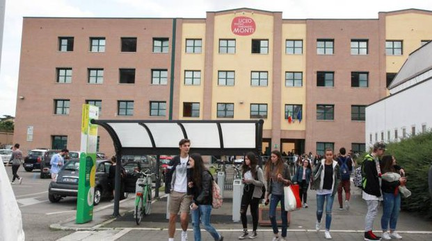 L'entrata del liceo classico 'Monti' nell'edificio del Cubo