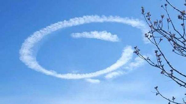 Nel cielo della Romagna spunta una bizzarra scia bianca (Foto Scardovi)