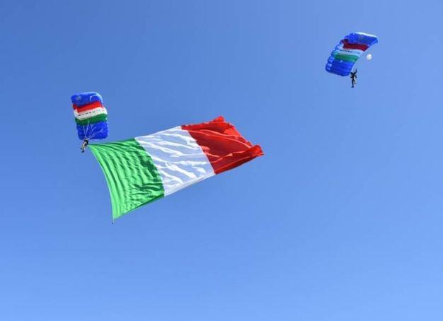 Il lancio dei paracadutisti della Folgore con il Tricolore