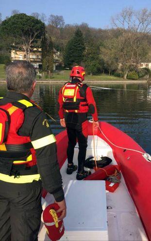 Il recupero dell'aliante precipitato nel lago di Varese (Newpress)