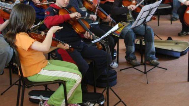 Bambini suonano a scuola