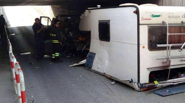 Il camper spezzato in due (Foto Binci)