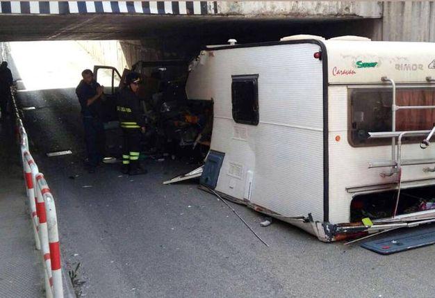Il camper spezzato in due dopo l'impatto col sottopasso (Foto Binci)