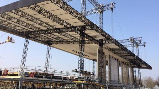 I lavori al palco per la messa di papa Francesco al parco Monza