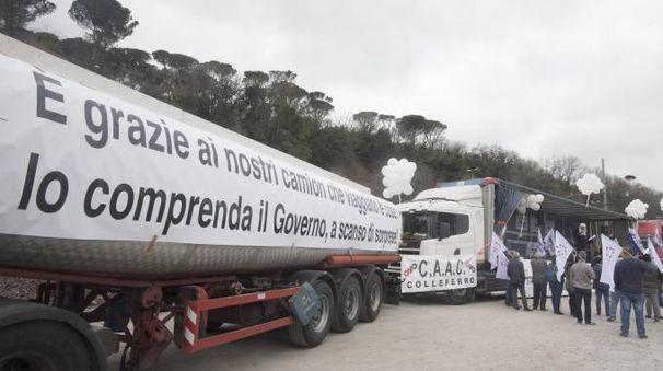 Tir day, nella foto un'immagine della protesta a Bergamo (Ansa)