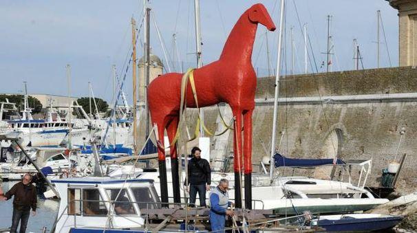 Ancona, l'arrivo via mare del Cavallo di Mimmo Paladino (foto Emma)