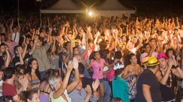 Migliaia di persone a ballare in spiaggia per tutta la notte