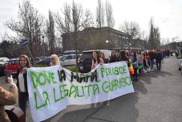 Ragazzi delle scuole e adulti in marcia contro la mafia (foto Artioli)