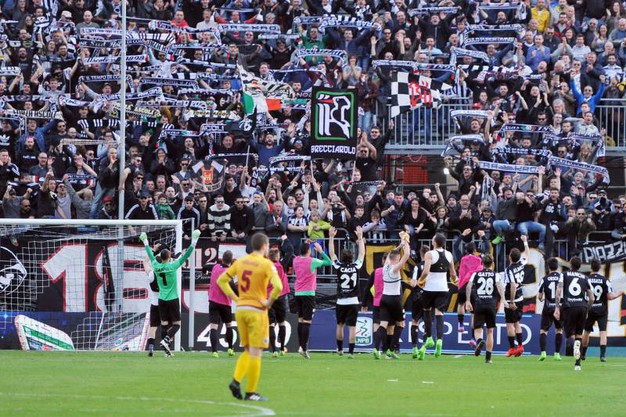 I giocatori dell'Ascoli festeggiano sotto la curva dei tifosi (foto LaPresse)