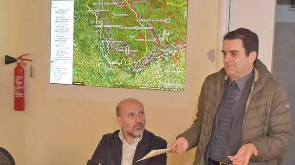 NATURA Il responsabile parchi di Legambiente Lombardia  Marzio Marzorati e, in piedi, il primo cittadino di Pavia Massimo Depaoli