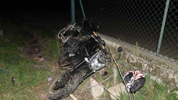 La Yamaha nera finita nel fossato lungo la strada L'arteria è stata chiusa per ore