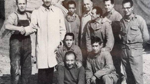 Nilo Lenci stringe la mano a Umberto II con l'impermeabile. In alto: Arnaldo Galli esamina la foto con la lente