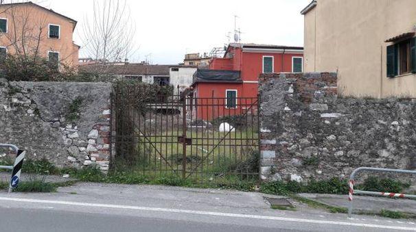 L'ex deposito di marmo dove sono stati lanciati i petardi