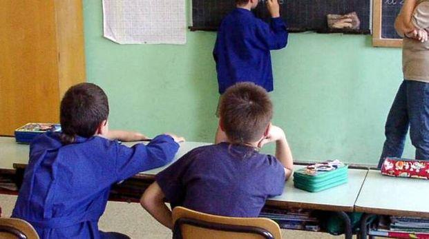 Alcuni alunni mentre seguono una lezione in classe (foto d'archivio)
