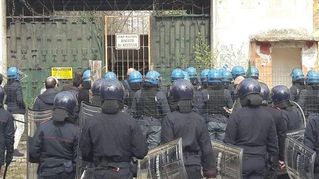 Polizia e carabinieri in assetto antisommossa per lo sgombero della caserma Perotti