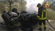 Vigili del fuoco al lavoro per spegnere l'incendio della vettura