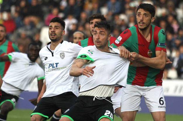 Daniele Capelli contrastato da Biagio Meccariello (foto LaPresse)