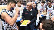 Boniciolli e i suoi giocatori al time out (foto Schicchi)
