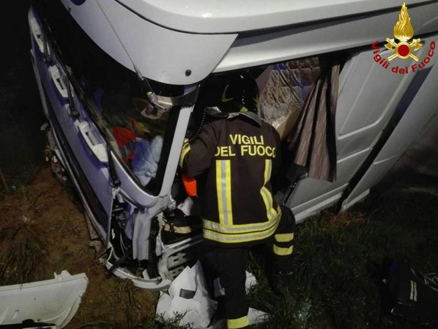 I vigili del fuoco sono intervenuti per estrarre il corpo del camionista dall'abitacolo