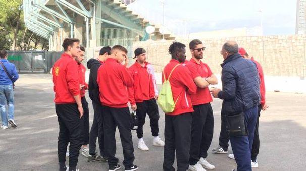 I giocatori fuori dallo stadio