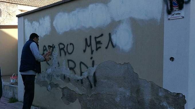 La scritta sul muro del Vescovado di Locri (Ansa)