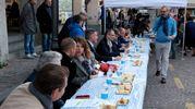 Tutti ad assaggiare il Porcospino (foto Ravaglia)