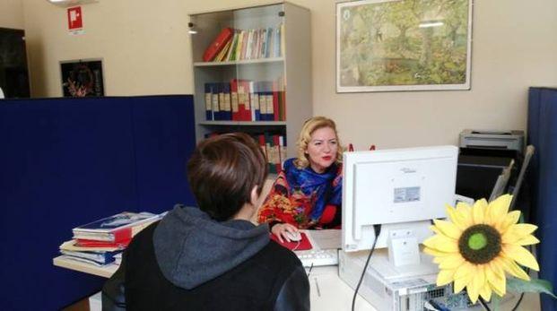 Utente parla con una operatrice al Centro per l'impiego di Pesaro