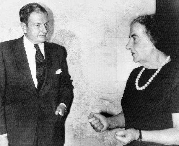 Con Golda Meir  nel '71 (Ansa)