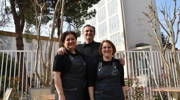 Valerio Lazzari, Maura e Roberta Caselli, titolari del bar dell'Hotel della Città