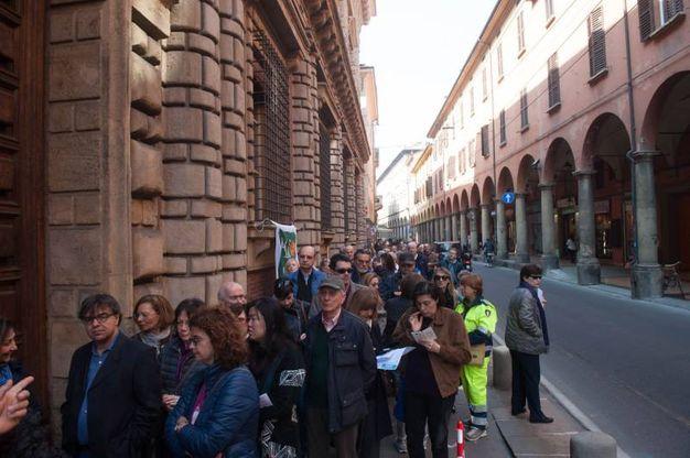 Tante persone in fila per le giornate Fai Primavera a Bologna (foto Schicchi)