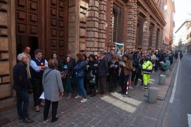 Lunga fila a Palazzo Fantuzzi (foto Schicchi)