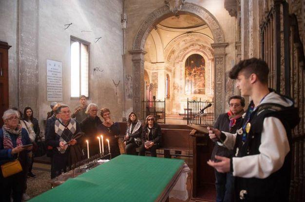 La guida illustra le meraviglie del Baraccano (foto Schicchi)
