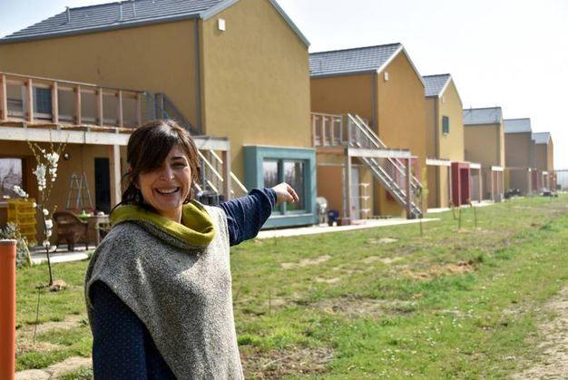Simona Zoffoli, prima residente, mostra il complesso delle Casefranche (foto Fantini)