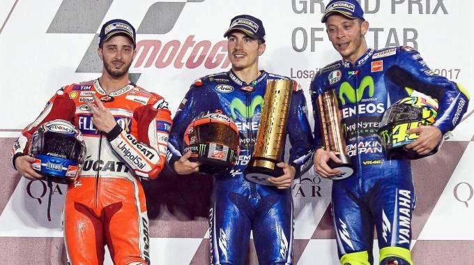 Il podio: Vinales al centro tra Dovizioso e Rossi (Ansa)