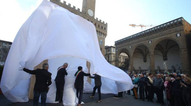 Riproduzione Arco di Palmira in piazza Signoria (foto Gianluca Moggi/New Press Photo)