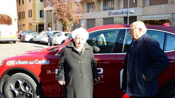 Vera Nanni e il giornalista de Il Resto del Carlino, Gianni Leoni in piazza a Budrio