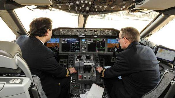 La cabina di pilotaggio del nuovo  Boeing 787-900 entrato da poco nella flotta di Air France Il velivolo era al suo debutto in Italia