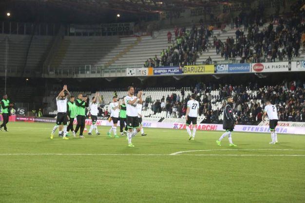 Il saluto dei giocatori ai tifosi (foto Ravaglia)