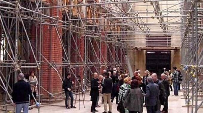 L'interno del Duomo di Mirandola con le impalcature