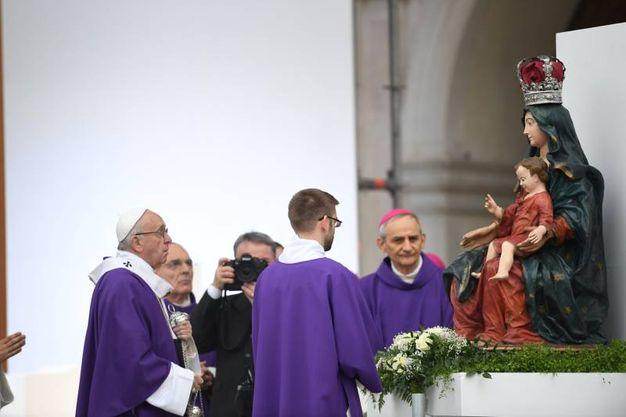 L'omaggio alla Madonna (Foto Fiocchi)