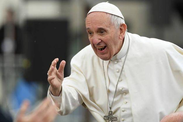 Papa Francesco saluta la folla (foto Fiocchi)