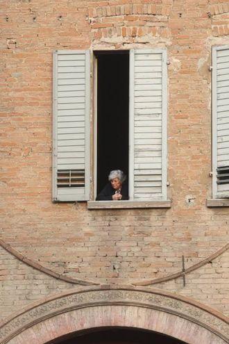 C'è chi assiste alla messa dalla finestra (Foto Fiocchi)