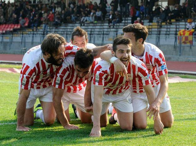 La Maceratese festeggia il gol di Turchetta (Calavita)