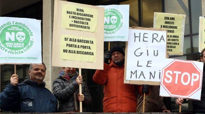 Il presidio anti-discarica Tre Monti che il 21 dicembre 2016 gli attivisti di Legambiente hanno tenuto davanti alla Regione