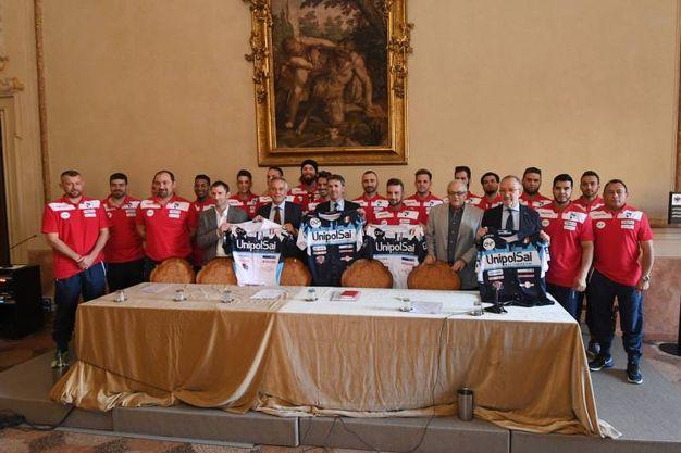 La squadra cone le nuove maglie (foto Schicchi)