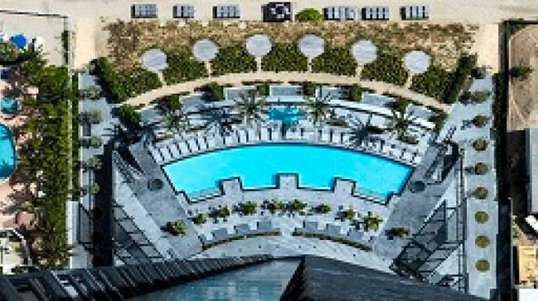 La piscina principale vista da in cima alla torre