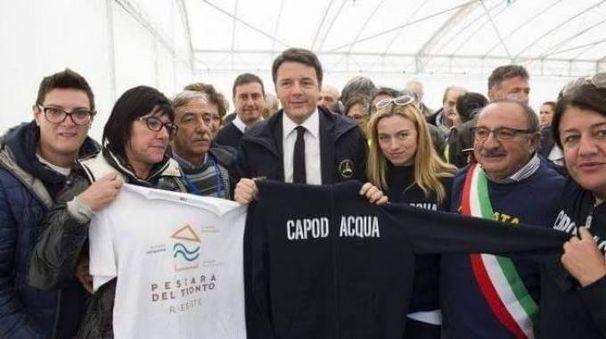 INSIEME A sinistra Monia De Angelis e gli altri abitanti di Capodacqua che donano la felpa all'ex premier. Sotto, invece, la mail inviata qualche giorno fa a Matteo Renzi