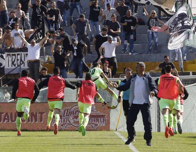 Ciano viene celebrato dai tifosi per il gol della vittoria (foto LaPresse)