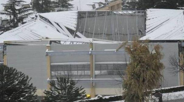 Il tetto della palestra di Villa Pigna venne giù nella notte del 17 gennaio, nei giorni delle nevicate