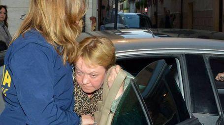 La madre della giovane trovata nella valigia al suo arrivo in questura (Migliorini)